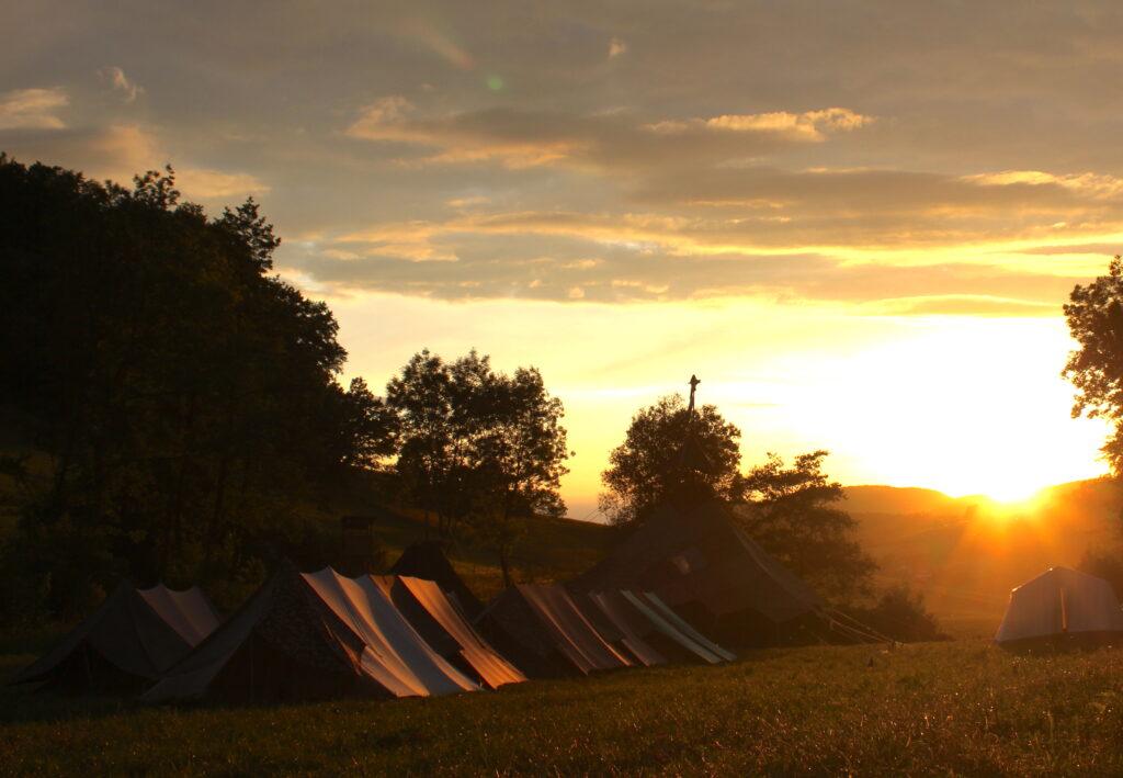 Sonnenuntergang mit Zelten